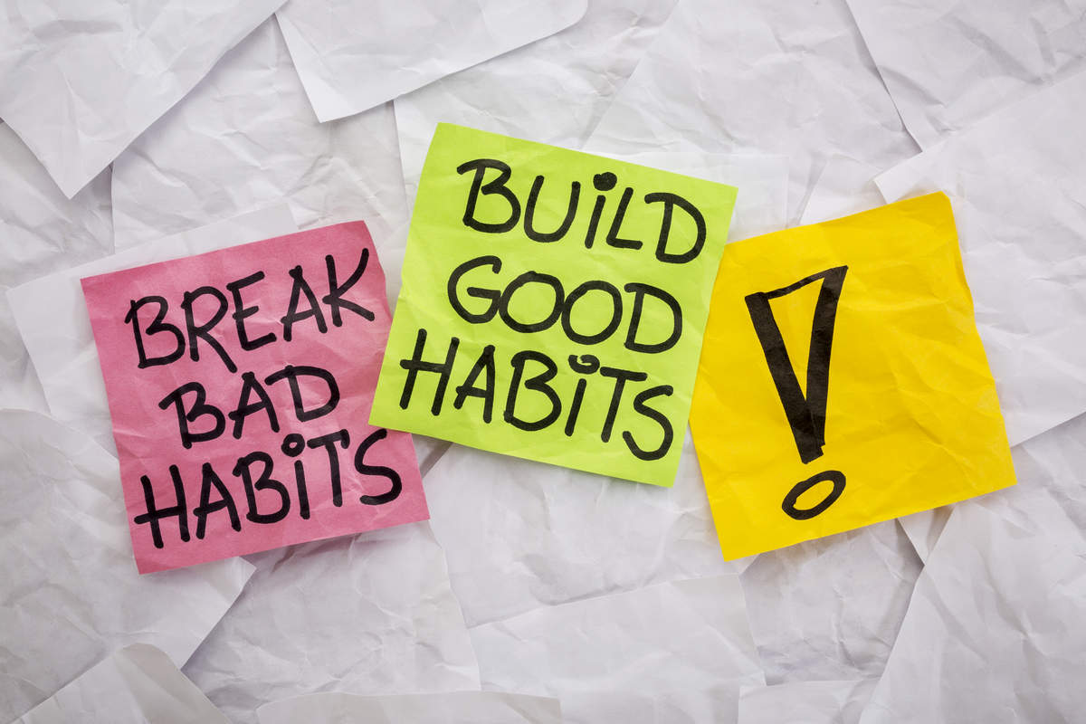 Two post-its with the words 'good habits' and 'bad habits'