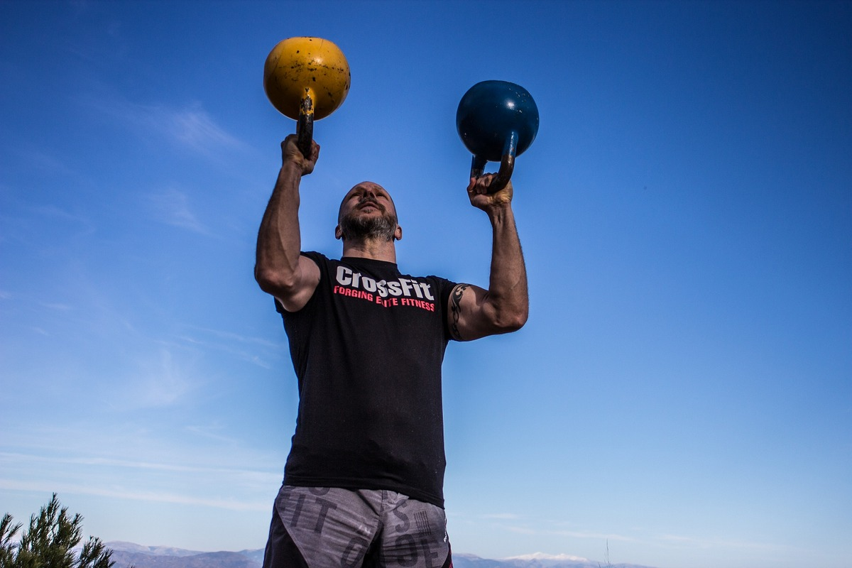 A crossfit athlete lifting kettlebells